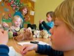 Die Kinder aus dem Hort Bad Steben stopfen ihr eigenes Plüschtier